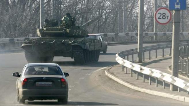 Un tanque con separatistas prorrusos en una carretera de Donetsk.