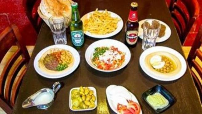 Imagen publicada en Facebook por el establecimiento israelí Humus Bar, que ofrece un 50% de descuento a aquellos clientes israelíes y palestinos que coman juntos.
