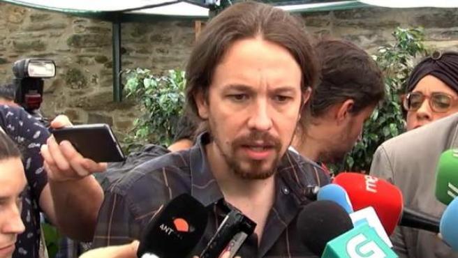 El líder de Podemos, Pablo Iglesias, contesta a los medios.
