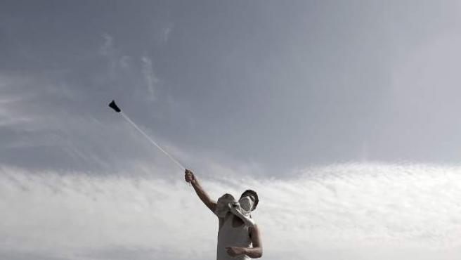 Un joven palestino arroja piedras a las fuerzas israelíes, durante unos enfrentamientos en Erez, entre Israel y la Franja de Gaza.