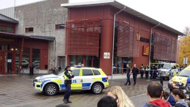 La policía sueca acordona el colegio Kronan en Trollhaettan (Suecia).