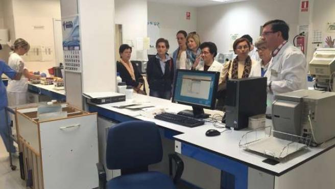 Gascón (dcha.) en la visita guiada al laboratorio