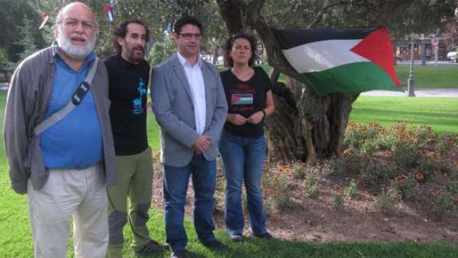 Pedro García en el olivo en reconocimiento al pueblo palestino
