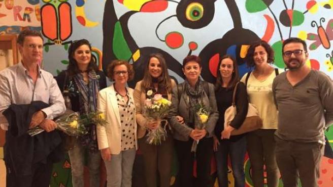 La delegada (centro) en la visita al colegio