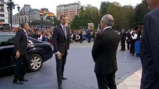 El Rey, a su llegada al Teatro Campoamor