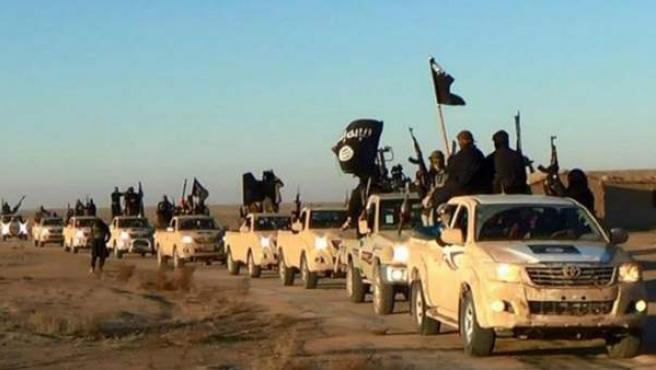 Caravana de milicianos de Estado Islámico en la ciudad siria de Raqqa.