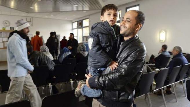 Un padre y su hijo, parte del convoy de refugiados que acogerá Suecia.