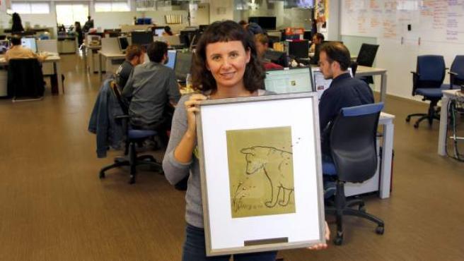 Melisa Tuya, autora del blog 'En busca de una segunda oportunidad', en la redacción de 20minutos con el galardón, una obra del artista Ricardo Mojardín.