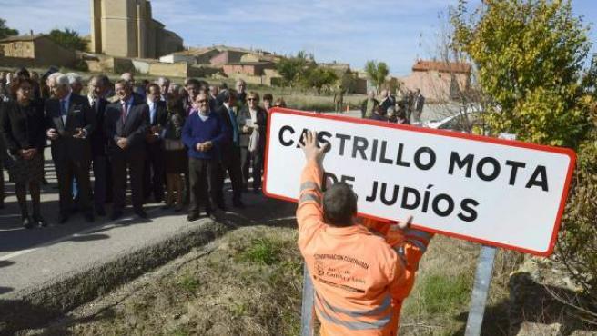 La consejera de Cultura y Turismo de Castilla y León, María Josefa García (i), durante el acto del cambio de denominación de la localidad burgalesa de Castrillo Matajudíos a Castrillo Mota de Judíos.