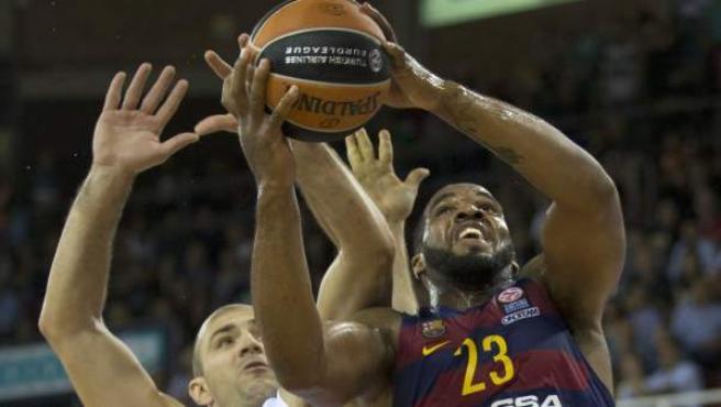 El pivot jamaicano del Barcelona Lassa, Samardo Samuels (d), pelea un rebote ante el jugador del Zielona Gora, Szymon Szewczyk.