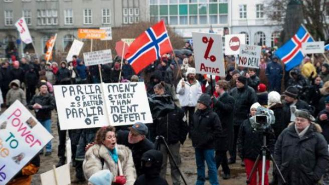 Vista general de una protesta celebrada a las puertas del parlamento en Reykjavik (Islandia), el 6 de marzo de 2010.
