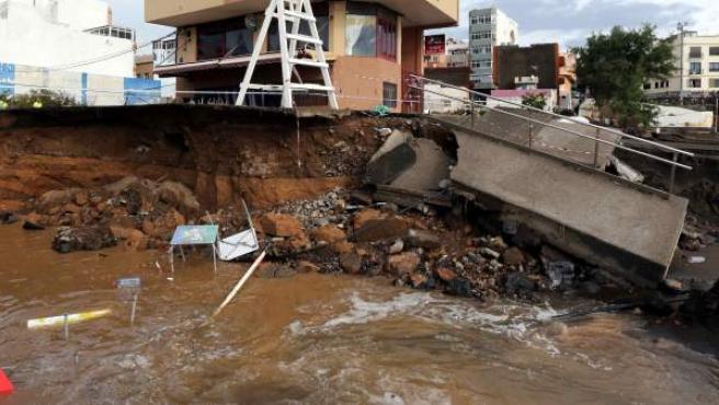 Un muro se desploma en el municipio de Telde, en Gran Canaria, debido a las fuertes lluvias que asolaron el archipiélago.