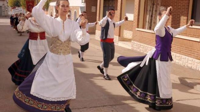 Un grupo de danzas actua por las calles de La Seca