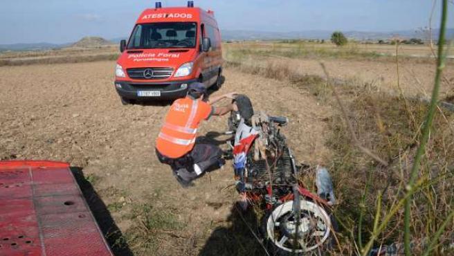 Un agente del Equipo de Atestados inspecciona la motocicleta