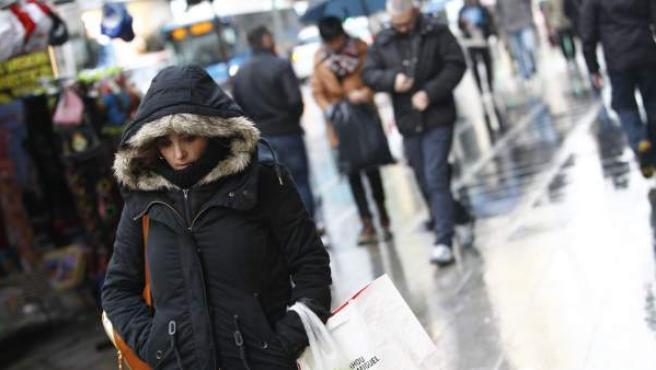 Una joven, paseando con frío en Madrid.
