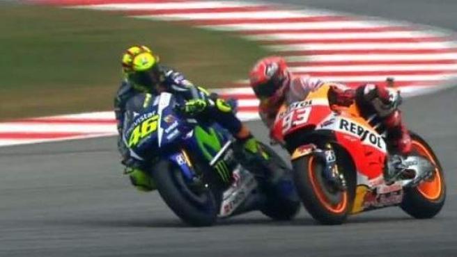 Momento en el que Rossi se encara con Márquez, justo antes del toque que ha acabado con el piloto español por los suelos.