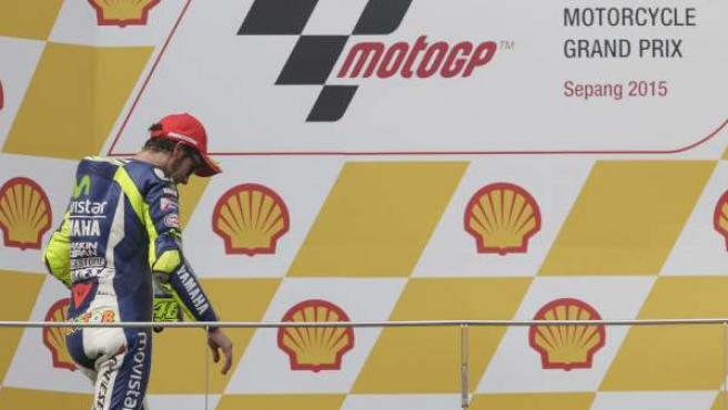 Valentino Rossi, al subir al podio en el GP de Sepang.