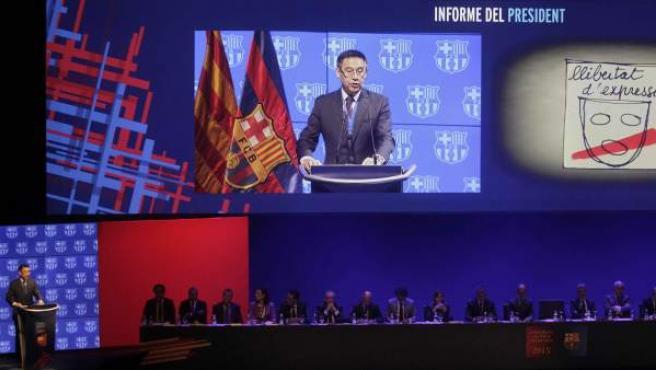 El presidente del FC Barcelona, Josep María Bartomeu, durante su intervención hoy en la Asamblea de Compromisarios de la entidad azulgrana