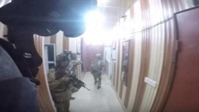 Captura del vídeo grabado por una cámara 'on-board' en el casco de un miembro de las Fuerzas Especiales del Ejército de Estados Unidos en el Kurdistán.