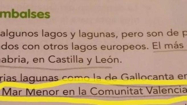 Fragmento de un libro de texto de sexto de Primaria en el que ponen el Mar Menor en la Comunidad Valenciana.