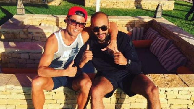 El futbolista Cristiano Ronaldo posa junto al boxeador Badr Hari en Agadir, Marruecos.