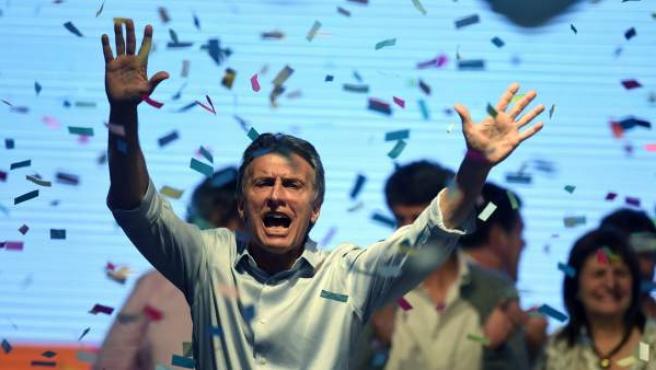 El candidato a la presidencia de Argentina por Cambiemos Mauricio Macri celebra frente a seguidores el domingo 25 de octubre de 2015 en la ciudad de Buenos Aires (Argentina).