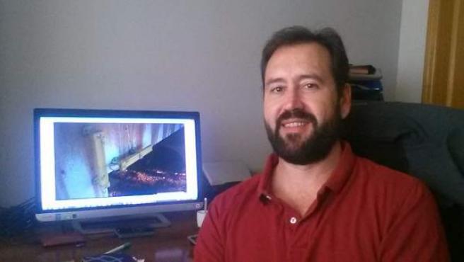 Miguel Gutiérrez muestra en su ordenador el proyecto que ha sido seleccionado por la NASA.