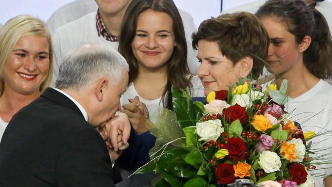 Jaroslaw Kaczynski, líder del partido conservador Ley y Justicia, saluda a Beata Szydlo en una imagen de archivo.