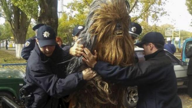 La Policía ha detenido a un activista del Partido de Internet ucraniano cuando hacía campaña a favor de la formación disfrazado del personaje Chewbacca, de la saga de La Guerra de las Galaxias.