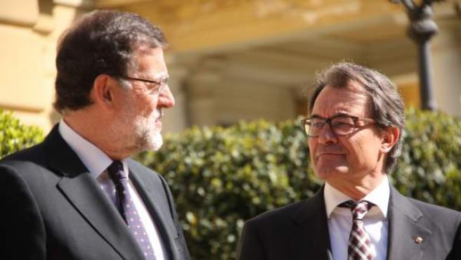 El presidente del Gobierno, Mariano Rajoy, y el de la Generalitat, Artur Mas, reciben a los asistentes a la cumbre euromediterránea que se celebra en el Palacio de Pedralbes de Barcelona.