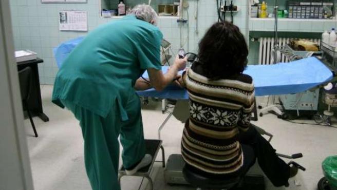 Un médico pasa la tradicional consulta presencial.