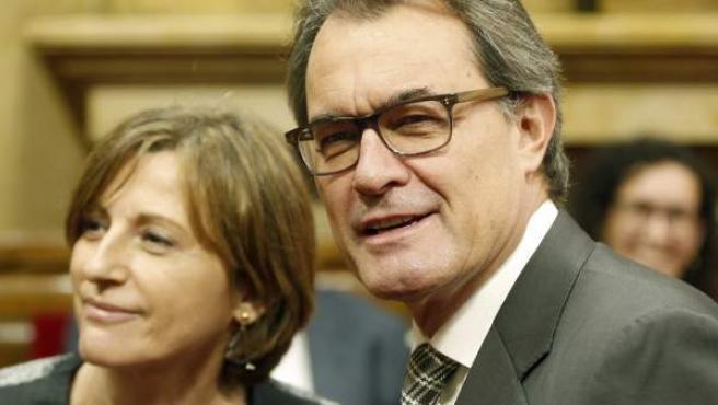 Carme Forcadell, la nueva presidenta del Parlament, junto al president en funciones de la Generalitat, Artur Mas, durante la jornada de constitución de la cámara catalana tras las elecciones del 27-S.