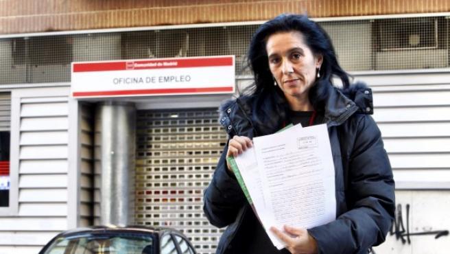 Aurora Díaz muestra la demanda interpuesta al rechazar Empleo su petición de prestación por querer cobrarla en efectivo.
