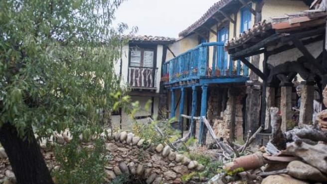 Territorio Artlanza es un pueblo hecho a base de materiales reciclados de las escombreras de la comarca.