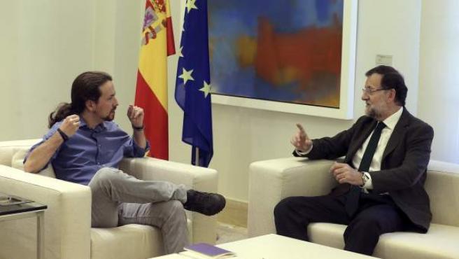 El presidente del Gobierno, Mariano Rajoy (d), recibe en el Palacio de la Moncloa al líder de Podemos, Pablo Iglesias (i), para contrastar sus posiciones ante la iniciativa independentista en Cataluña.