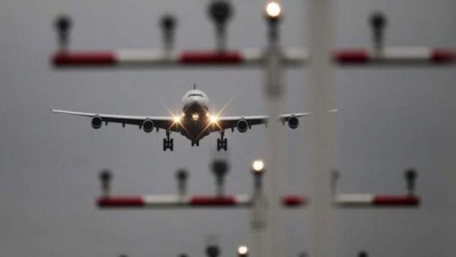 Un avión de la compañía Lufthansa se aproxima al aeropuerto de Fráncfort (Alemania).