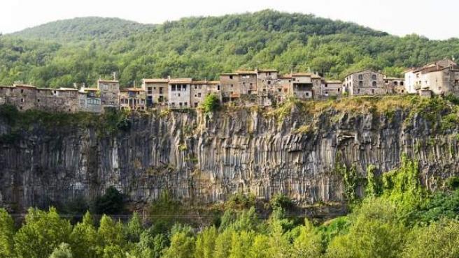 Castellfollit de la Roca es conocido por sus casas junto al precipicio.