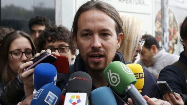 El líder de Podemos, Pablo Iglesias, a su llegada a la reunión de la dirección estatal del partido para analizar la estrategia electoral ante los comicios generales del 20-D.