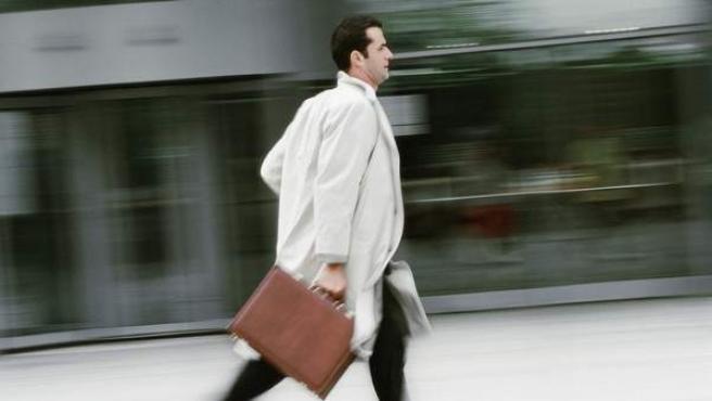 Quienes padecen el síndrome de burnout tienen la sensación de estar fundidos, agotados, quemados por ejercer su trabajo.