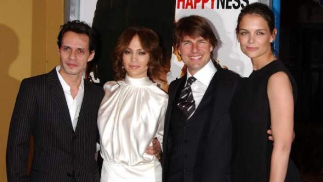 Marc Anthony y Jennifer Lopez posan junto a Tom Cruise y Katie Holmes durante el preestreno de la película 'En busca de la felicidad', en una imagen de archivo de 2006.