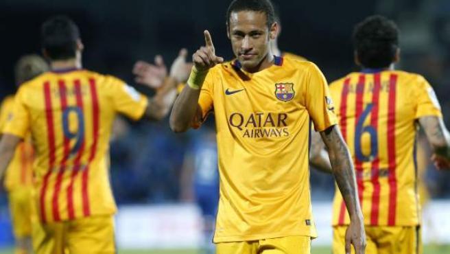 El delantero brasileño del FC Barcelona Neymar da Silva celebra su gol, segundo del equipo, durante el partido de la décima jornada de la Liga de Primera División entre Getafe CF y FC Barcelona
