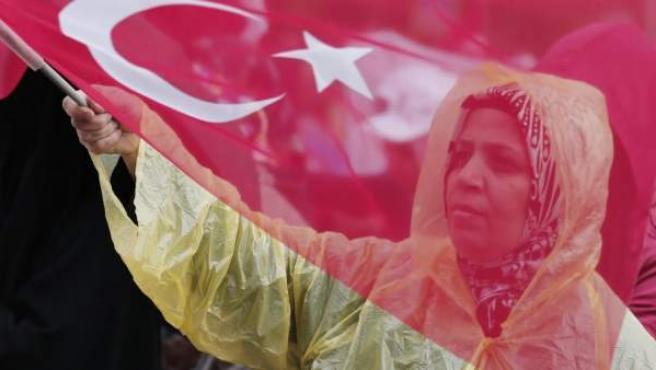 Simpatizantes del primer ministro turco, Ahmet Davutoglu, durante un acto de campaña electoral en Diyarbakir, Turquía.