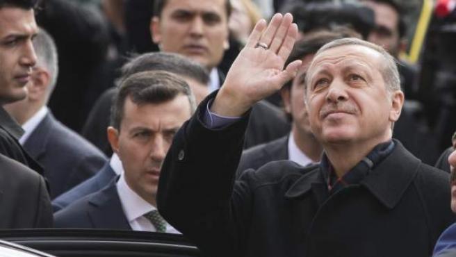 El presidente turco, Recep Tayyip Erdogan, a su llegada a un colegio electoral de Estambul para depositar su voto.