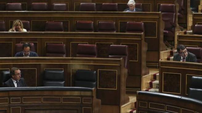 El diputado del PNV, Emilio Olabarría (d), se dirige al ministro de Sanidad, Alfonso Alonso, durante el pleno del Congreso.