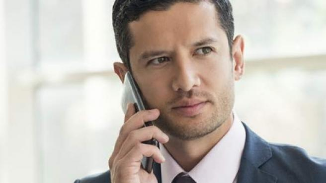 Un ejecutivo hablando por su teléfono móvil.