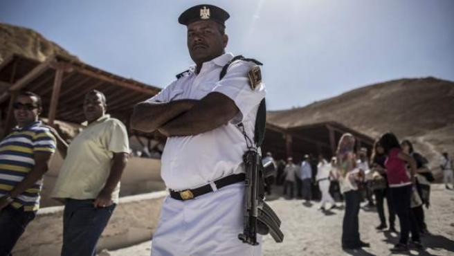 Un policía egipcio monta guardia en el Valle de los Reyes, cerca de Luxor (Egipto).