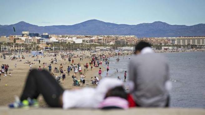 La subida de las temperaturas y un sol tenue ha animado a valencianos y visitantes a acercarse hasta la Playa de La Malvarrosa y Las Arenas de Valencia.