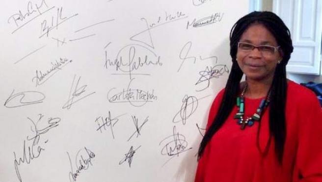 La coordinadora del Grupo Afrosocialista, Consuelo Cruz, posando con las firmas de otros candidatos al Congreso del código ético del PSOE.