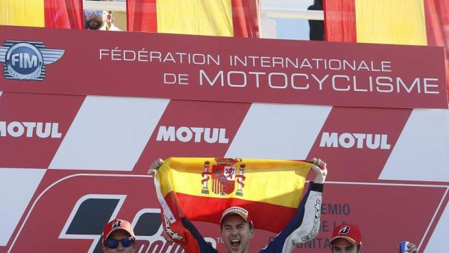 Jorge Lorenzo celebra en el podio de Cheste su triunfo en el Mundial.