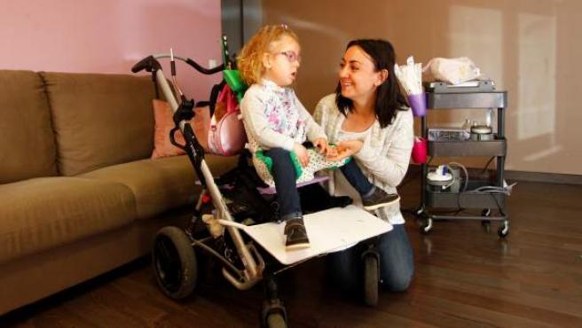 Ana y su hija Alba, con miopatía nemalínica.